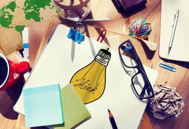 Schreibtisch mit Blöcken, Haftnotizen und einem Notizbuch