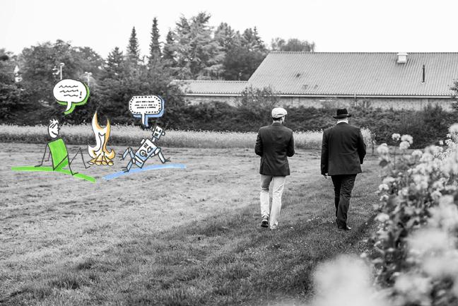 Foto von Jan und Oliver, die über ein Feld spazieren, daneben eine Illustration einer Person, die mit einem Bot am Lagerfeuer spricht