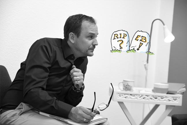 Bild von Jan Willand auf einem Sessel, auf das Knie gestützt, Brille in der Hand, in einer Diskussion. An der Wand eine Illustration von zwei Grabsteinen, auf denen steht: R.I.P Employer Branding?!