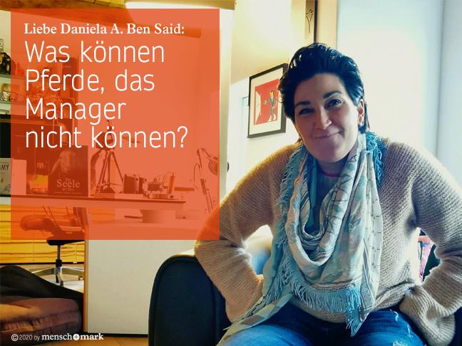 Daniela Ben Said im Gespräch zum Thema Employer Standing, auf ihrem Sessel sitzend, fordernd und schmunzelnd in die Kamera blickend