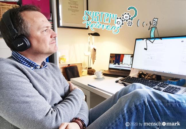 Jan sitzt am Schreibtisch im Home Office und nimmt sich Zeit zum Grübeln