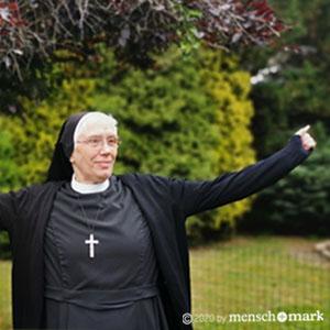 Schwester P. im Garten im Gespräch mit menschmark zu Haltungsfragen