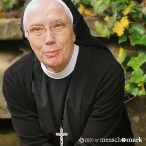 Schwester Peregrina im Gespräch mit menschmark zu Employer Standing, ein Foto im garten