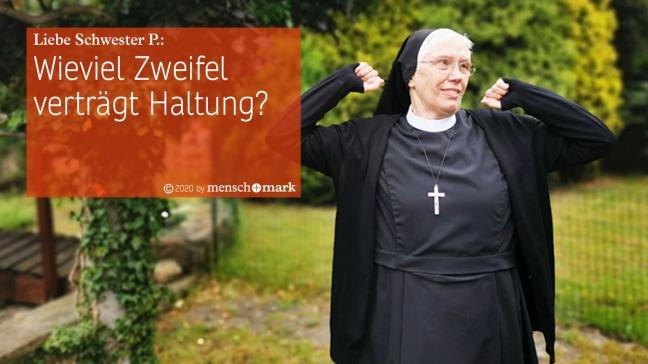 Schwester Peregrina streckt die Arme im Garten während des Gesprächs mit menschmark zu Employer Standing